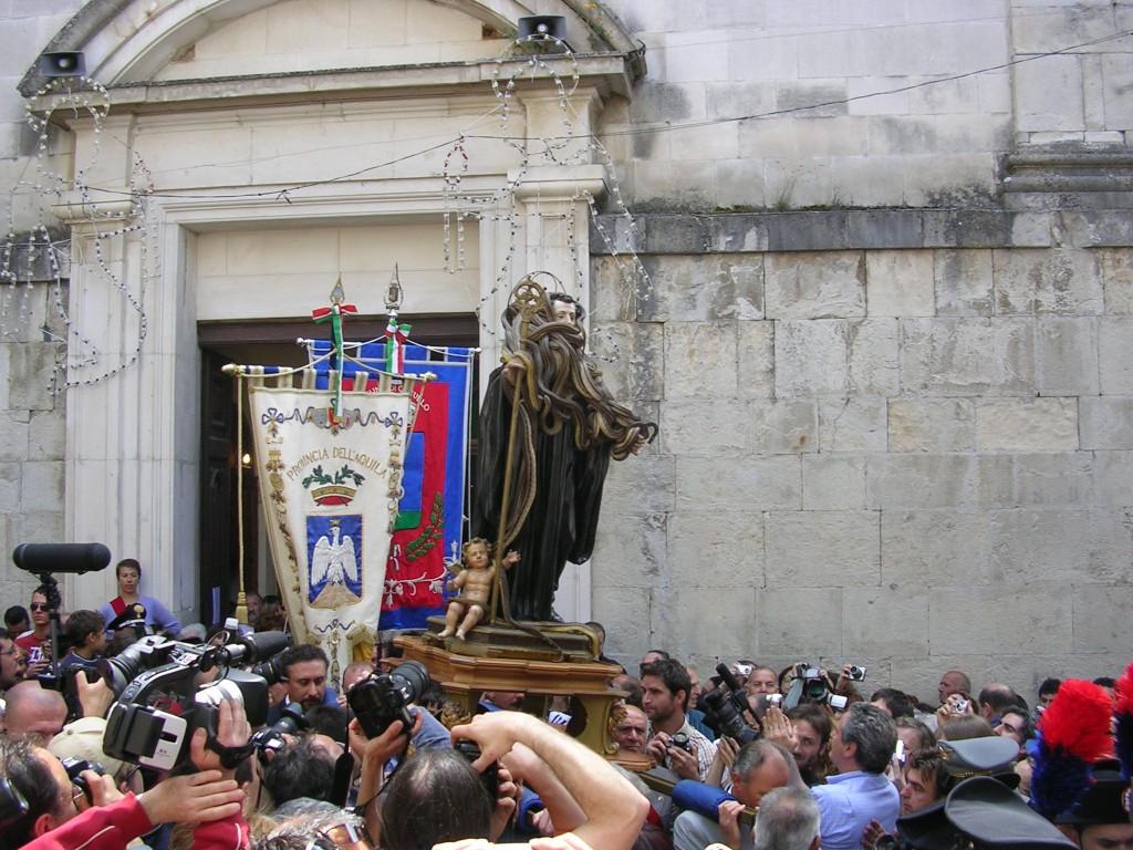 una folla di devoti e di pellegrini accoglie il simulacro all'uscita dalla chiesa