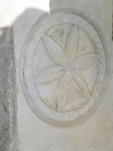 Fiore della vita scolpito sul portale di san Bevignate a Perugia