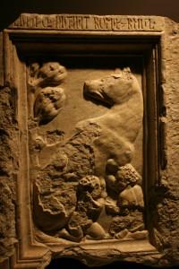 La Lupa che nutrì Romolo e Remo fa parte dei rilievi dedicati alla fondazione di Roma. Bacino inferiore della Fontana di Perugia scolpita da Giovanni e Nicola Pisano