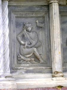 Delle due formelle dedicate a Marzo, la prima rappresenta un personaggio allegorico ereditato dal mondo classico: lo spinario o cavaspina