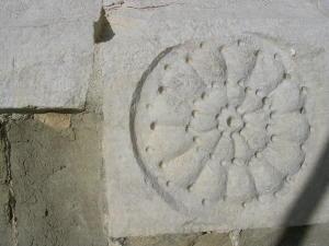 Rosa a rilievo sul portale della chiesa templare di San Bevignate a Perugia