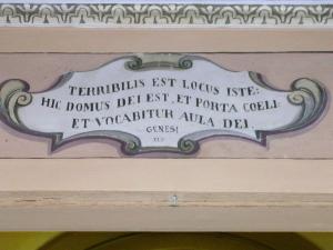La frase è dipinta sopra il portale di una chiesa di Costacciaro, piccolo comune in provincia di Perugia