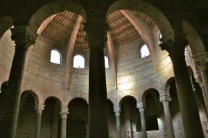 Il colonnato circolare  presenta otto coppie di colonne orientate come una rosa dei venti