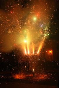 Un personaggio, rivestito da fuochi d'artificio, gira su se stesso nella pubblica piazza del paese in un'esplosione di petardi, razzi colorati e mortaretti