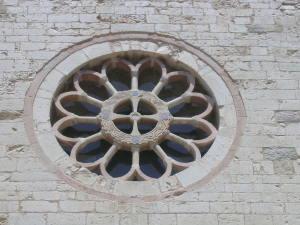 Il bellissimo rosone della chiesa romanica di San Claudio a Spello