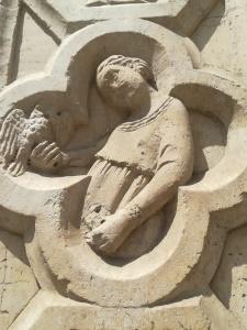 Dama con falco. Rilievo medievale. (Foto A. Bazzoli)